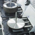 Jeden wózek załadunkowy umoż- liwia zaprogramowanie ostrzenia  około 40-50 różnych pił, przy  czym maszyna przed przystąpie- niem do ostrzenia zweryfikuje  program z narzędziem założonym  przez robota.