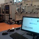 Programowanie procesu ostrzenia może odbywać się z zewnętrznego  stanowiska wymiany danych DES 400, gdzie operator poprzez dotyko- wy ekran sterujący błyskawicznie programuje zadane sekwencje ostrzeń  dla wszystkich wózków załadunkowych.