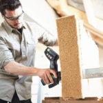 Akumulatorowa pilarka do materiałów izolacyjnych ISC 240 umożliwia wydajne i precyzyjne cięcie elastycznych materiałów izolacyjnych z naturalnego włókna, takich jak miękkie włókna drzewne lub konopie, co wcześniej sprawiało trudności.